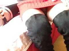 Trave en jupe rouge et cuissardes